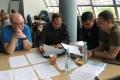 Słuchacze XXXIV edycji PASB omawiają wyniki podjętych decyzji w ramach gry  symulacyjnej, wrzesień 2015