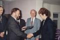 John Wright, CCSU i prof. Andrzej Wiszniewski , przewodniczący KBN, były rektor PWr  wręczają  dyplom MBA