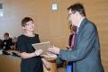 Ewa Kaucz odbiera z rąk prof. Martana, Dziekana Wydz. I-Z , wyróżnienie za najlepszą pracę dyplomową w XXVII edycji , rok 2011