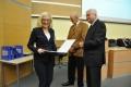 dyplomy i certyfikaty wręczają prof. Cezary Madryas (PWr) i prof. Walter Parker (CCSU)