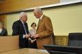 odznaczenie PWr dla prof. Waltera Parkera -  wręcza prof. Cezary Madryas